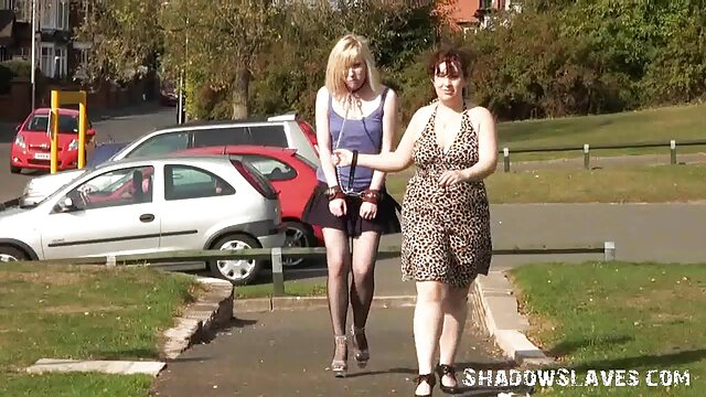 Jeny Smith camina desnuda por una fábrica videos gay caseros colombianos abandonada